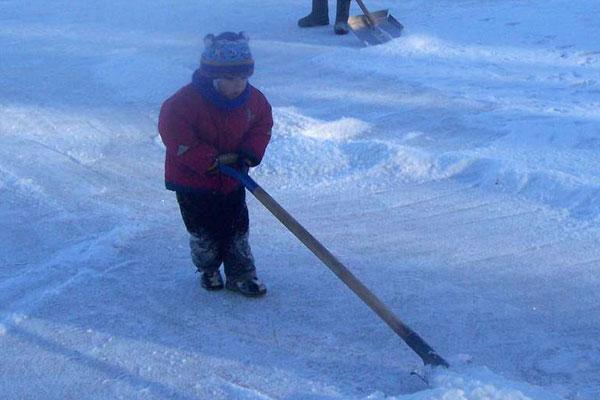 Дети с удовольствием разгребали снежные сугробы, очищая каток, качались на «тарзанке», играли с четвероногими друзьями-собаками