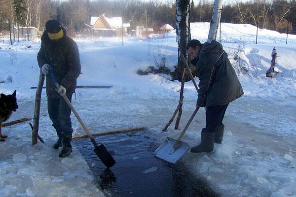 Андрей и Сергей при помощи лопат раскололи лёд